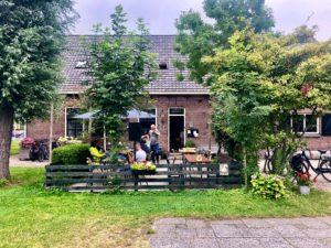 Terrasse 't Haasje Warmond. Foto Sybylle Kroon
