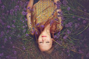 Mädchen im Lavendelfeld. Foto Pixabay